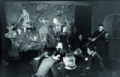 Fot.: Kawiarnia Sztuka, występ propagandowy, źródło: Narodowe Archiwum Cyfrowe