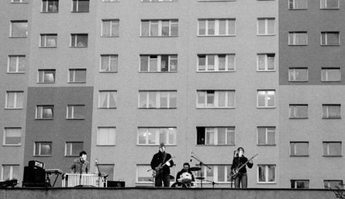 Fot. Jarek Orłowski. Klub Plama animuje życie kulturalne w blokowisku na  gdańskiej Zaspie. Nz. koncert zespołu Kobiet na dachu klubu w 2007 roku