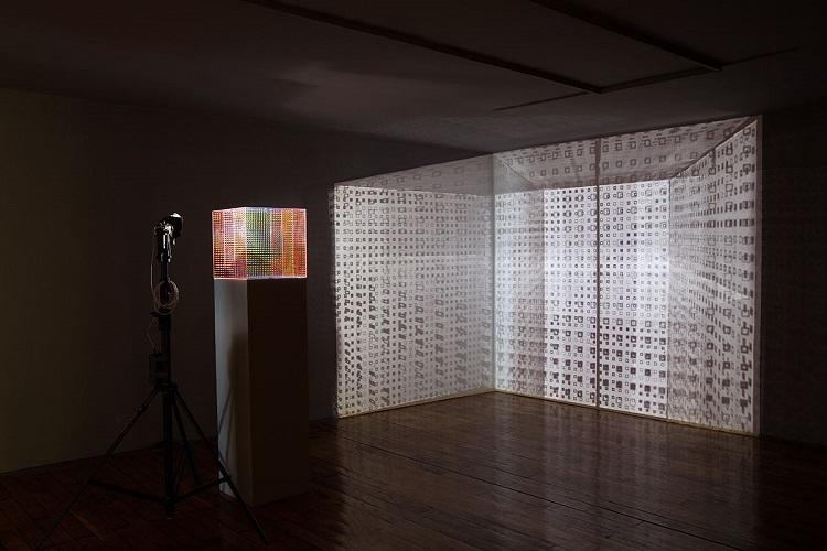 """Ivana Franke, Wejście w """"gdzie indziej"""" (przestrzeń myśli), 2015 oraz Vjenceslav Richter, Przestrzenna grafika systemowa, 1997, dzięki uprzejmości Muzeum Sztuki Współczesnej w Zagrzebiu"""