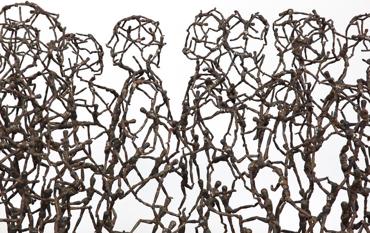 Tony Cragg, Passers-by (detail), 1998, dim 90 × 100 × 300, bronze, photo Michael Richter