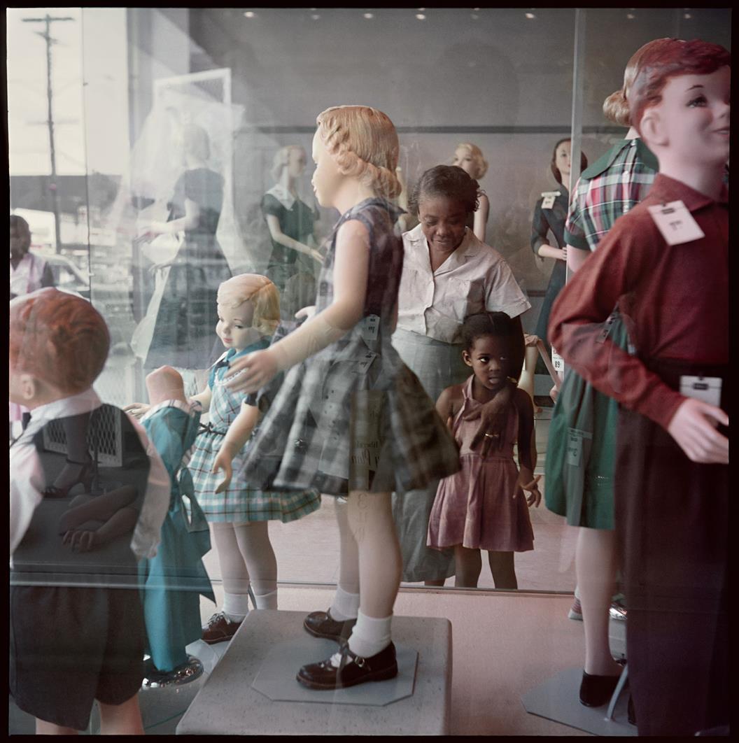 Ondria Tanner z babcią oglądają witryny sklepowe, Mobile, Alabama, 1956, z reportażu Segregacja © dzięki uprzejmości The Gordon Parks Foundation