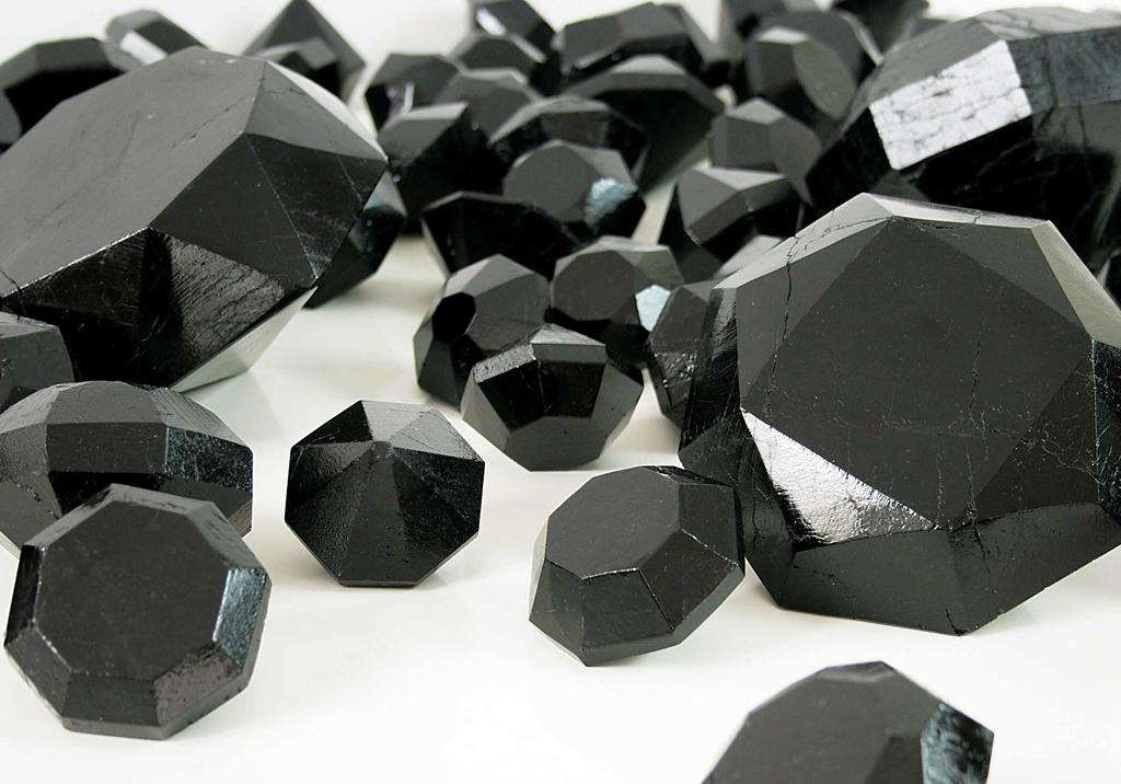 """Łukasz Surowiec, """"Czarny diament"""", 2015; obiekt, węgiel kopalniany, szlifowany, polerowany, ed. 11/100; 15 × 15 × 11 cm"""