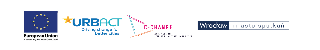 Logotypy organizatorów warsztatów: logo Unii Europejskiej (na granatowym tle dwanaście gwiazd układających się w okręg, pod nimi napis European Union); logo z granatowym napisem URBANACT Driving change for better cities i żółtą gwiazdą w lewym górnym rogu); logo C-Change (różowy napis C-CHANGE od którego odchodzą w lewą stronę krzyżujące się kreski w kolorach różowym, niebieskim i pomarańczowym); logo z napisem Wrocław miasto spotkań.
