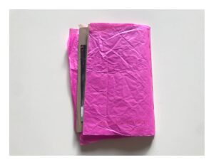 Zdjęcie tylnej okładki zina wykonanej z różowego pogniecionego papieru.
