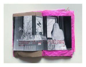 Zdjęcie otwartego zina. Lewa strona jest z brązowego papieru. Prawa strona jest z różowego pogniecionego papieru. Na obydwu stronach przyklejono żółtą taśma malarską czarno-białą fotografię w negatywie, przedstawiającą osobę na tle okna. Na zinie odręczne napisy wykonane czerwonym flamastrem.