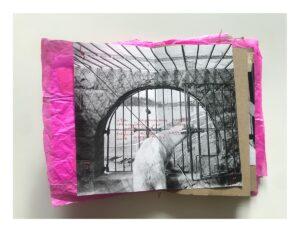 Zdjęcie otwartego zina. Na różowym wygniecionym papierze naklejono czarno-białe zdjęcie niedźwiedzia polarnego w klatce. Na zdjęciu odręczny napis czerwonym długopisem.