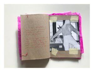 Zdjęcie otwartego zina. Obydwie strony są z brązowego papieru. Na lewej stronie są odręczne napisy czerwonym flamastrem. Po prawej stronie jest czarno-białe zdjęcie w negatywie, przestawiające osobę na tle okna.