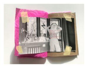 Zdjęcie otwartego zina. Lewa strona jest z różowego pogniecionego papieru. Prawa strona jest z brązowego papieru. Na obydwu stronach przyklejono żółtą taśma malarską czarno-białą fotografię w negatywie, przedstawiającą osobę na tle okna trzymającą się za głowę. Na zinie odręczne napisy wykonane czerwonym długopisem.