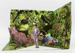 Kolaż. Na tle z zielonej, bujnej, egzotycznej roślinności naklejone są wycięte wizerunki kilku kotów i papug oraz mężczyzny w garniturze.