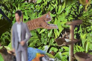 Kolaż. Na tle z zielonej, bujnej, egzotycznej roślinności naklejone są wycięte wizerunki kota, papugi, mężczyzny w garniturze i kota na dużym drapaku.