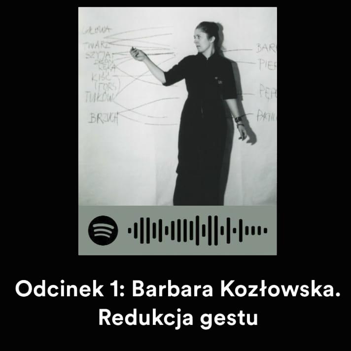 """Na czarnym tle biały tekst """"Odcinek 1: Barbara Kozłowska. Redukcja gestu"""". Powyżej czarno-białe zdjęcie, na nim kobieta ubrana na czarno w spiętych gładko włosach, która ma uniesioną prawą rękę i trzyma w niej pisak. Ręka wskazuje na napisy, które są na białym tle."""