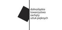 """Logotyp Dolnośląskiego Towarzystwa Zachęty Sztuk Pięknych. Na białym tle, po środku czarna kreska przebiegająca od góry do dołu. Z lewej strony z kreską styka się przekrzywiony czarny kwadrat. Z prawej strony napis małymi literami w czterech rzędach """"dolnośląskie towarzystwo zachęty sztuk pięknych""""."""