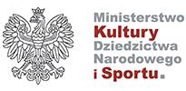 """Logotyp Ministerstwa Kultury, Dziedzictwa Narodowego i Sportu. Na białym tle z lewej strony czarne kontury białego orła w koronie. Z prawej strony szary wyraz """"Ministerstwo"""", pod nim czerwony wyraz """"Kultury"""", pod nim w dwóch rzędach szare słowa """"Dziedzictwa Narodowego"""", w ostatnim rzędzie czerwone wyrazy """"i Sportu"""", a na końcu szara kropka."""