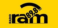 """Logotyp Radia RAM. Czarny na żółtym tle. Z lewej strony pionowy wyraz dużymi literami """"radio"""", po środku małymi literami słowo """"ram"""", od góry, spomiędzy liter """"a"""" i """"m"""" wystaje napis """"89.8 fm"""", osłonięty od góry łukiem."""