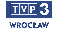"""Logo TVP3 Wrocław. W górnej części logotypu na granatowym tle biały napis dużymi literami """"TVP 3"""", pod nim, na białym tle, granatowy napis dużymi literami """"Wrocław""""."""