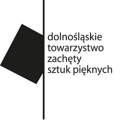"""Logotyp Dolnośląskiego Towarzystwa Zachęty Sztuk Pięknych. Na białym tle, po środku czarna kreska przebiegająca od góry do dołu. Z lewej strony z kreską styka się przekrzywiony czarny kwadrat. Z prawej strony napis małymi literami w czterech rzędach """"dolnośląskie towarzystwo zachęty sztuk pięknych"""""""